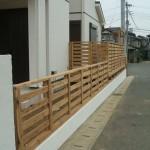 フェンスは基礎に土台で固定します