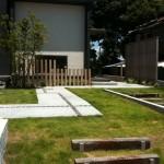 芝と透水舗装、列柱、ピンコロ・・このパターン大好きです
